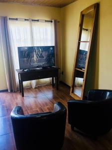 """Una televisión o centro de entretenimiento en Hospedaje """" El Segoviano """""""