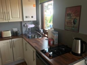 A kitchen or kitchenette at Deerpark Cabin
