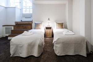 מיטה או מיטות בחדר ב-Jordaan Noordermarkt Apartments