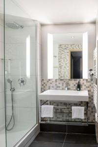 A bathroom at Aparthotel Adagio La Défense Esplanade