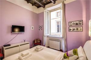 A television and/or entertainment centre at Trastevere Santa Cecilia Guest House