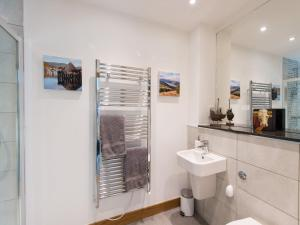 A bathroom at Holiday Home Tay Loch