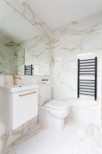 A bathroom at Dawson Place IV by Onefinestay