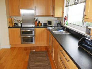 A kitchen or kitchenette at Holiday Home Teangue