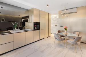 A kitchen or kitchenette at Hotel Posh