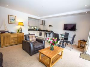 A seating area at Apartment Loch Tay.2