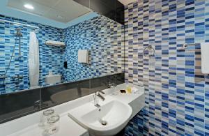 A bathroom at Suba Star Apartments