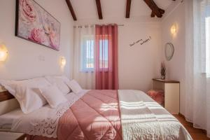 A bed or beds in a room at Apartman Madlen