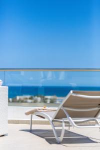 Ein Balkon oder eine Terrasse in der Unterkunft Triton Sea View Villa
