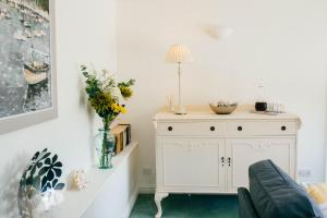 A bathroom at Meadow Drift Cottage