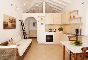 A kitchen or kitchenette at Petra Mare Village
