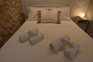 A bed or beds in a room at Yiasemi Corfu Luxury Studio