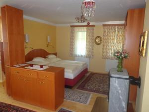 A bed or beds in a room at Hans Mauracher Schlössl