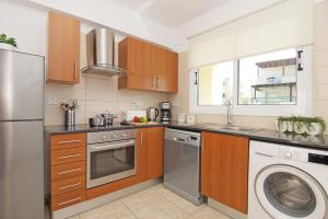 A kitchen or kitchenette at Deep Blue Apartment