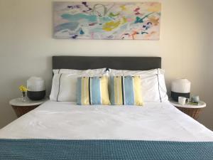 Un ou plusieurs lits dans un hébergement de l'établissement Cottesloe Beachfront Ocean View Apartment