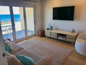 Coin salon dans l'établissement Cottesloe Beachfront Ocean View Apartment