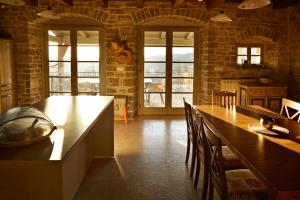 A kitchen or kitchenette at Melegran In The Hills