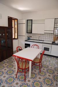 A kitchen or kitchenette at raro