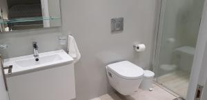 Ένα μπάνιο στο Alpha Studios (Adults Only)