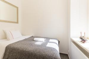 Cama ou camas em um quarto em SPACIOUS DOWNTOWN APT #BALCONY @HIPSTER NBRHD