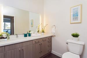 A bathroom at HOLLYWOOD LA LUXURY