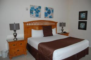 A bed or beds in a room at BAHAMA BAY RESORT