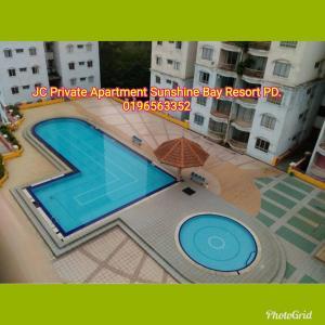 Utsikt över poolen vid JC Apartment Sunshine Bay Resort Port Dickson eller i närheten