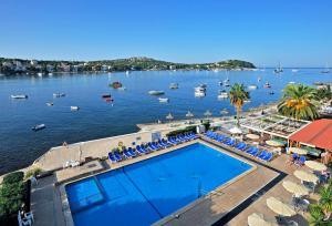 Uitzicht op het zwembad bij Globales Verdemar of in de buurt