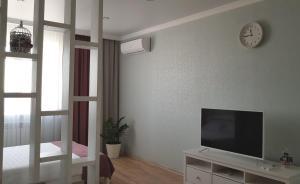 Телевизор и/или развлекательный центр в Provans Apartment on Stroiteley