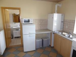A kitchen or kitchenette at Ferienwohnung Angelika Gries