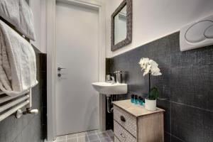 A bathroom at Charming Castello Apartments
