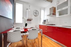 A kitchen or kitchenette at Charming Castello Apartments