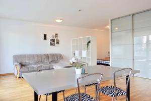 Oleskelutila majoituspaikassa Daily Apartments- Viru Sunny Studio with Balcony