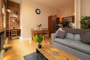 A seating area at Stylish and comfortable Lace Market Studio Apartment