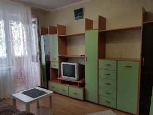 Телевизор и/или развлекательный центр в Шумакова 43