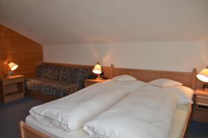 Ein Bett oder Betten in einem Zimmer der Unterkunft Adlerhof
