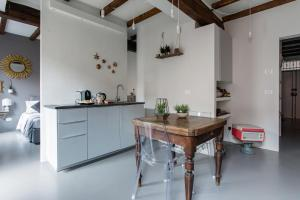 A kitchen or kitchenette at Charming flat Righi Bologna