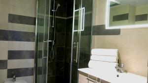A bathroom at Appart'hotel le Pèlerin