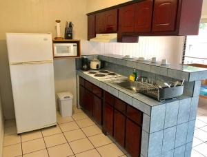 Una cocina o zona de cocina en Prado Inn & Suites