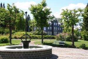 Ein Garten an der Unterkunft Kurhaus Masserberg