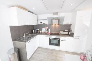 A kitchen or kitchenette at Perfect Apartment near Opera