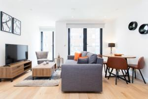A seating area at Tower Bridge Apartments