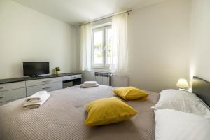 A bed or beds in a room at Apartman Dragica