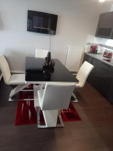 A television and/or entertainment center at Bel appartement T2 près du lac avc un parking privé