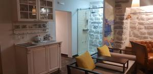 A kitchen or kitchenette at Apartmani Armonia