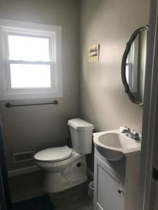 A bathroom at Blue Door on 74