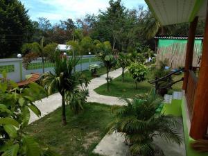 Ein Blick auf den Pool von der Unterkunft KOH KOOD GARDEN RESORT oder aus der Nähe