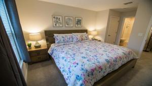 Ліжко або ліжка в номері Disney On Budget - Solara Resort - Welcome To Cozy 4 Beds 4.5 Baths Townhome - 5 Miles To Disney