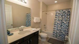 Kylpyhuone majoituspaikassa Disney On Budget - Solara Resort - Welcome To Cozy 4 Beds 4.5 Baths Townhome - 5 Miles To Disney