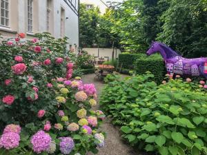 A garden outside Ferienwohnung KunstQUARTIER03